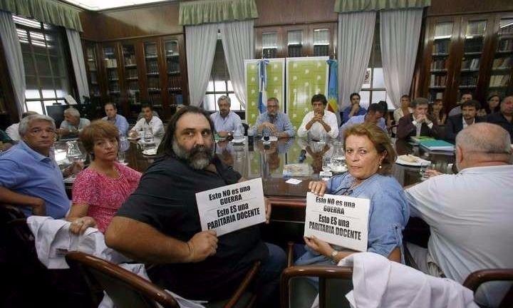 Suspenden la devolución del descuento a docentes