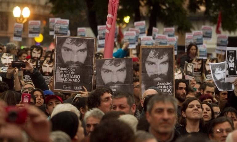 Movilización por Santiago Maldonado: encapuchados pintaron el Cabildo