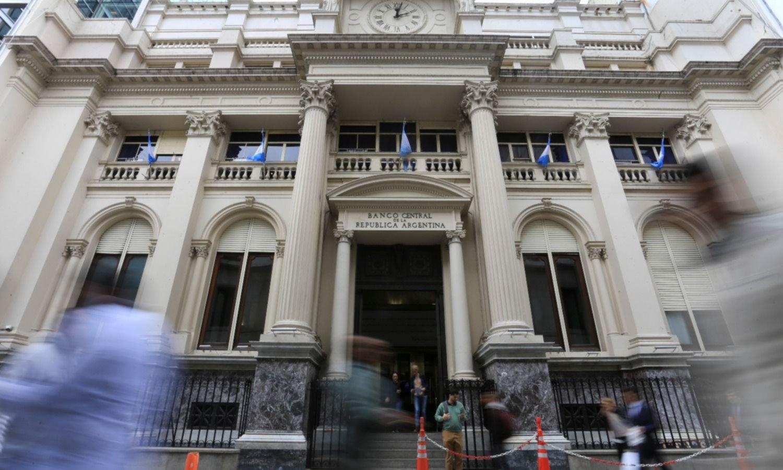 Los beneficiarios del IFE no podrán comprar dólares en el mercado oficial