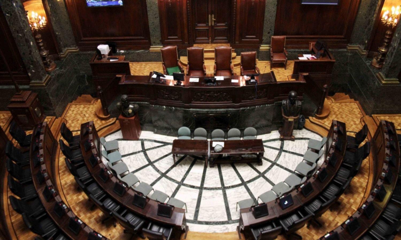 Restricción horaria y servicio esencial en una Legislatura porteña freezada