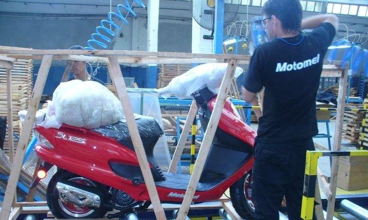 Despiden a 60 operarios en Motomel y suspenden personal en una planta de biodiesel