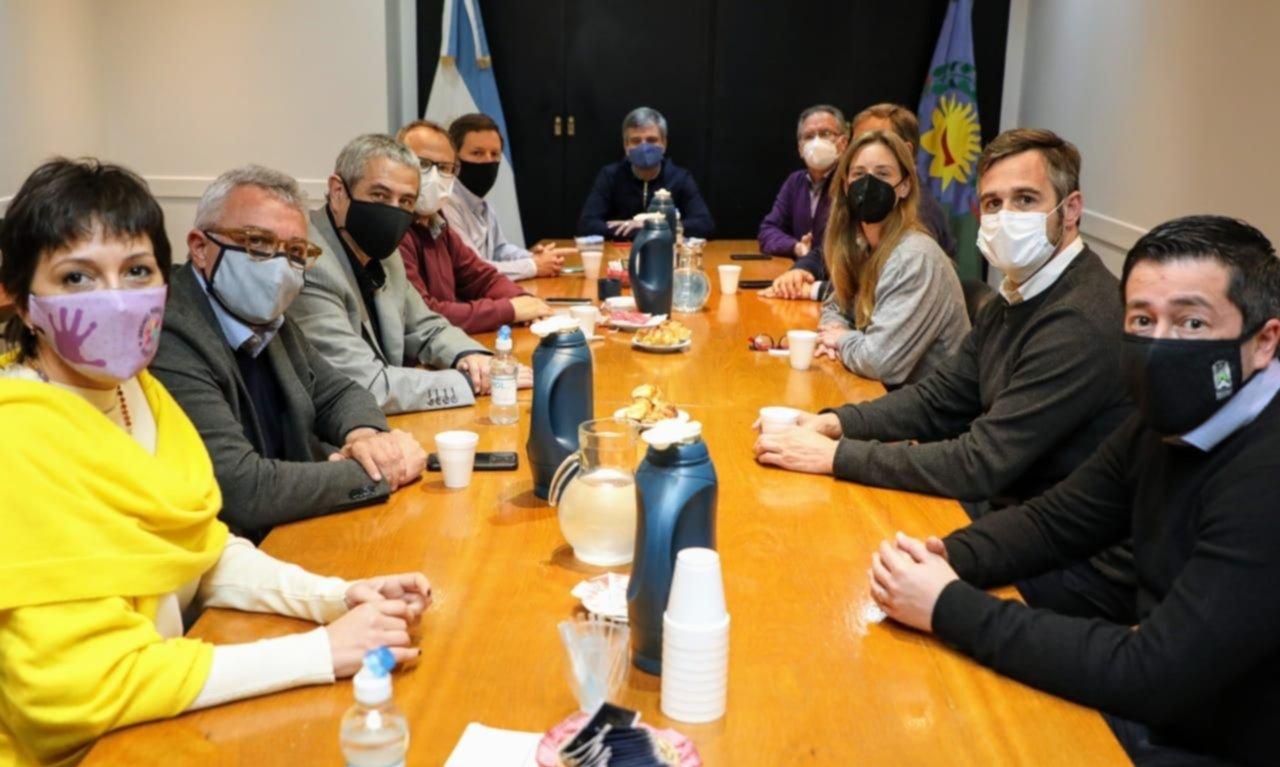 Vila reunió a intendentes para bajar el clamor opositor de la vuelta al aula