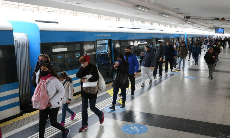 Colectivos y trenes con más subsidios y un ajuste tarifario que asoma