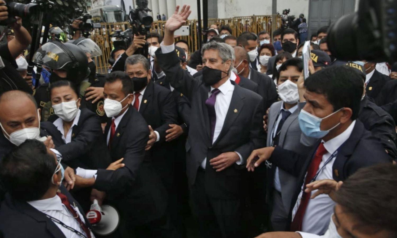La elección de un moderado como presidente interino lleva calma a Perú